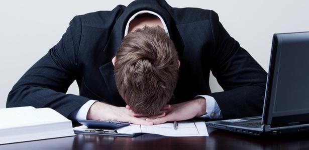 http://w3.i.uol.com.br/Wap/2010/04/07/midia-indoor-economia-emprego-trabalho-trabalhador-funcionario-estresse-negocio-executivo-chefe-depressao-ocupacao-demissao-desemprego-escritorio-workaholic-tristeza-salario-1270654693622_615x300.jpg