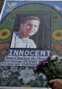 Cidadão deposita flores em altar no metrô de Stockwell (Londres), montado em memória do eletricista brasileiro Jean Charles de Menezes, morto na Inglaterra em 22 de julho de 2005