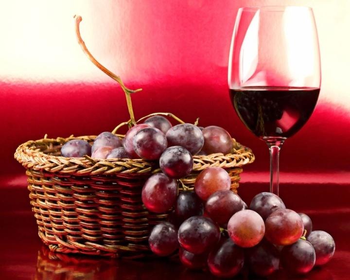 Mídia Indoor, vinho, uva, bebida, álcool, alcoólica, tinto, seco, suave, jantar, festa, data especial, comemoração, enólogo, enologia, garrafa, taça, copo, cesto, saúde