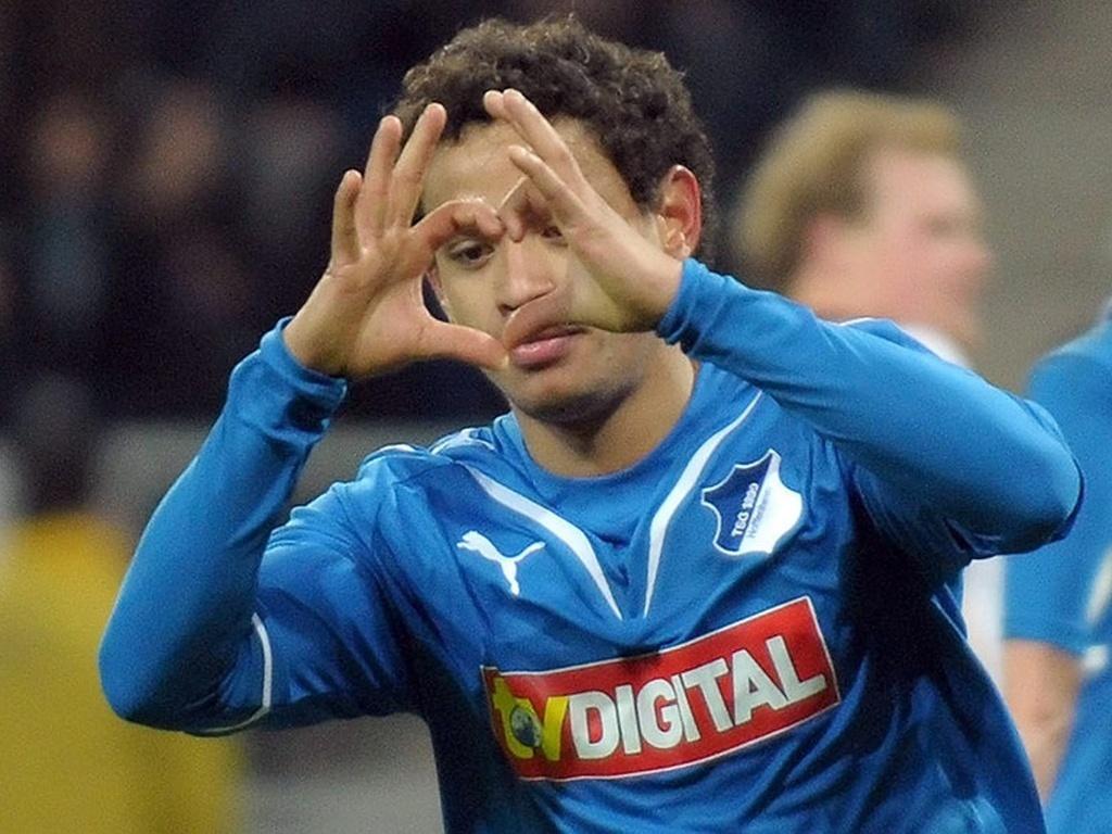 Carlos Eduardo comemora gol com a camisa do Hoffenheim, da Alemanha