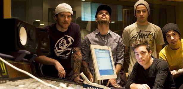 Os integrantes da banda NX Zero em estúdio