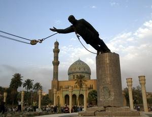 Estátua de Saddam Hussein é derrubada após a morte do ditador, capturado pelos americanos em 2003; documentos do WikiLeaks revelam que EUA pedirar ao Brasil a anistia da dívida iraquiana