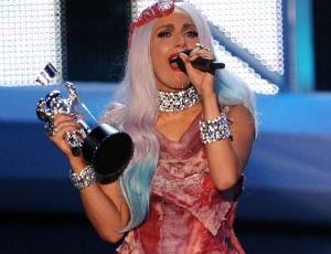 Lady Gaga de vestido de carne durante premiação do VMA 2010