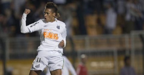 Neymar comemora gol do Santos em jogo contra o Once Caldas pela  Libertadores 2011 e29e398feb779