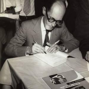 Carlos Drummond de Andrade dá autógrafos em Belo Horizonte, em 1954