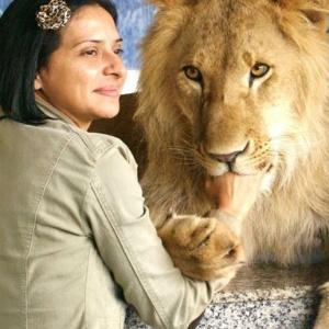 O leão Ariel  e a dona, Raquel Borges, no início do tratamento para tentar voltar a andar