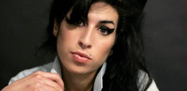 Cantora Amy Winehouse, em imagem de 2007, posa para foto em estúdio em Londres