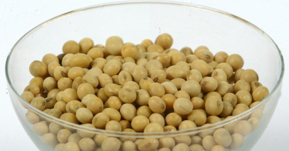 Tigela com grãos de soja. O alimento ganhou fama por ajudar a atenuar os sintomas da menopausa
