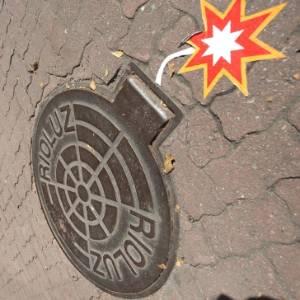 Artistas fazem intervenções em bueiros de Ipanema, na zona sul do Rio de Janeiro, após explosões