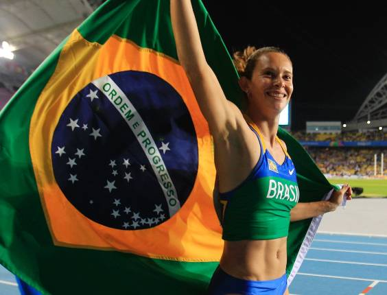 Com a bandeira brasileira, saltadora Fabiana Murer comemora conquista da medalha de ouro no salto com vara no Mundial de Atletismo de Daegu, Coreia do Sul