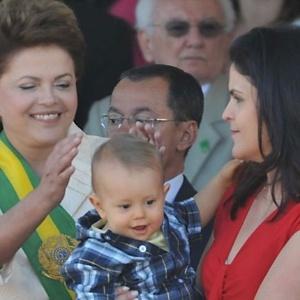 Dilma assiste ao desfile de 7 de Setembro (em 2011) acompanhada do neto, Gabriel, e da filha, Paula