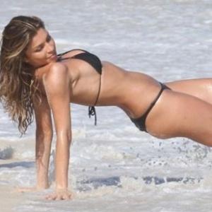 Grazi Massafera faz pode sensual durante gravação de comercial em praia no Rio