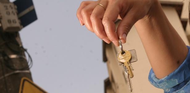 Mulher segura chaves de imóvel. Para pegar as suas, veja dicas de como fechar o negócio