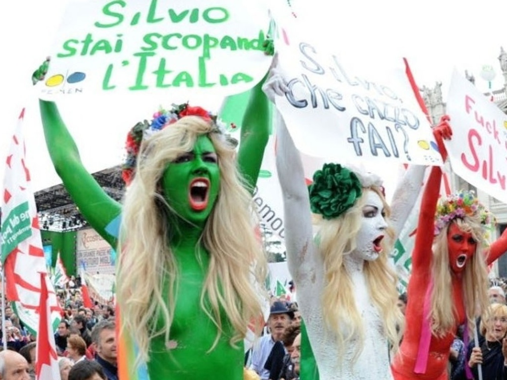 Ativistas ucranianas do grupo Femen pintadas com as cores da bandeira italiana participam de protesto contra Silvio Berlusconi, em Roma, na Itlia
