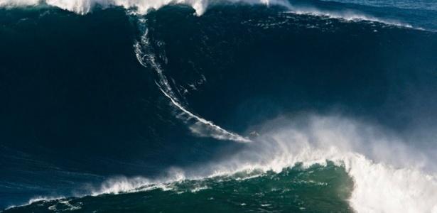 Americano McNamara pega onda de 27,4 metros e bate recorde