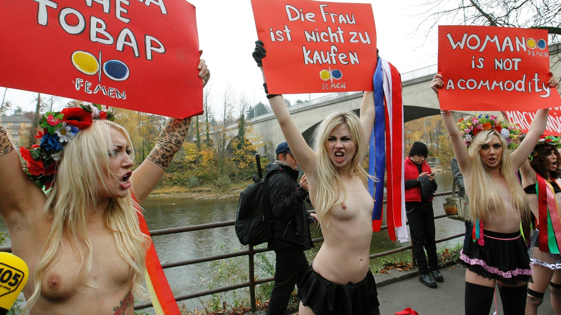 Ativistas ucranianas do grupo conhecido como Femen protestam semi nuas em Zurique, na Sua, contra a discriminao da mulher 