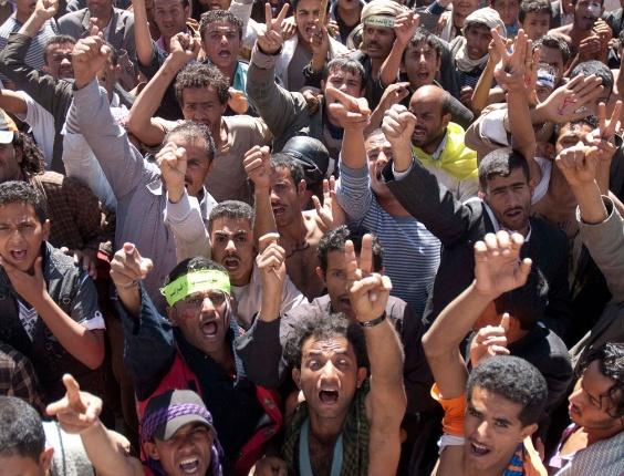 Manifestantes anti-governo fazem protesto para exigir julgamento do presidente do Iêmen, Ali Abdullah Saleh, em Sanaa (Iêmen)