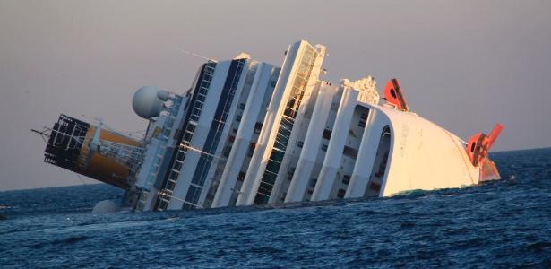 Navio de cruzeiro Costa Concordia, que levava mais de 4.000 pessoas, é fotografado após encalhar e tombar na ilha da Isola del Giglio, na Itália, na noite da última sexta-feira (13/01/2012)
