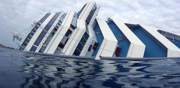 """Vista do navio """"Costa Concordia"""", que naufragou próximo à ilha de Giglio, na Itália"""