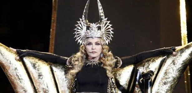 Madonna apresenta Vogue no show do intervalo do Super Bowl, em Indianapolis (EUA)