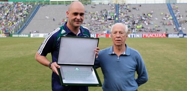 Valdir Joaquim de Moraes, ex-goleiro do Palmeiras, entrega placa a Marcos