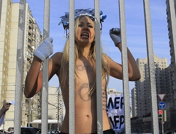 As ativistas ucranianas do grupo Femen enfrentaram o frio e tiraram a roupa em Moscou, na Rssia, onde os termmetros marcam -22C
