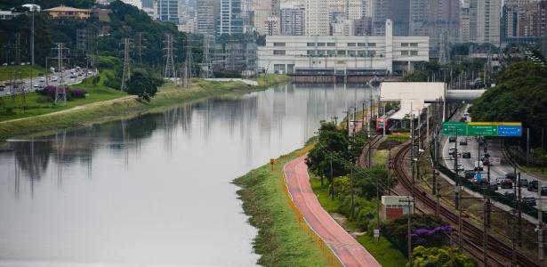 A poluição do rio Pinheiros, em São Paulo, impacta a vida de quem tem que conviver perto dele