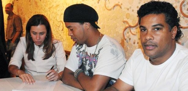 Ronaldinho e Assis (D) não gostaram das atitudes de Patricia Amorim (E) e do Flamengo