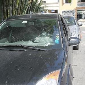 Ford Fiesta do publicitário Ricardo Prudente de Aquino, que teve o para-brisa marcado pelos disparos