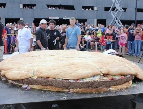 Hambúrguer de três metros de diâmetro e 914 quilos, feito por chefes de cozinha nos EUA, entra para o Guinness