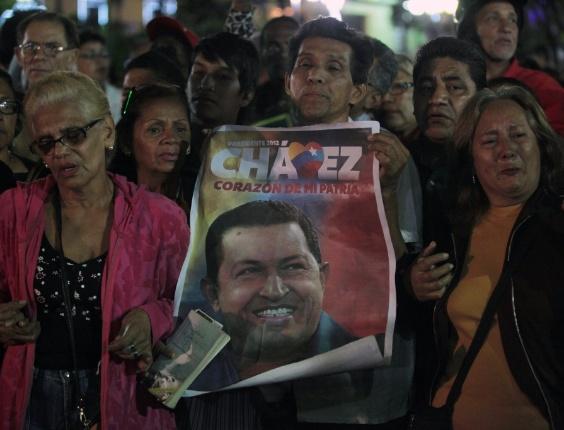 Partidários de Hugo Chávez fazem vigília na praça Bolívar, em Caracas, após fim de cirurgia contra câncer
