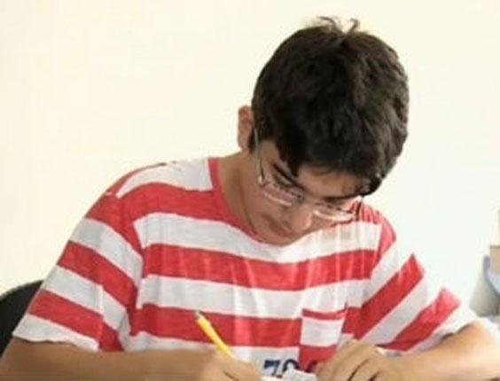 Tiago Saraiva com os livros; os momentos de estudos garantiram o ingresso na faculdade de medicina aos 15 anos