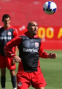 Guiñazu jogou em 2008, mas espera Estudiantes forte