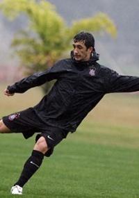 Douglas pode acabar jogando no rival Palmeiras, após atuar fora