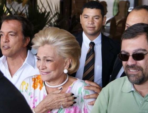 Hebe Camargo deixa hospital em São Paulo após receber alta