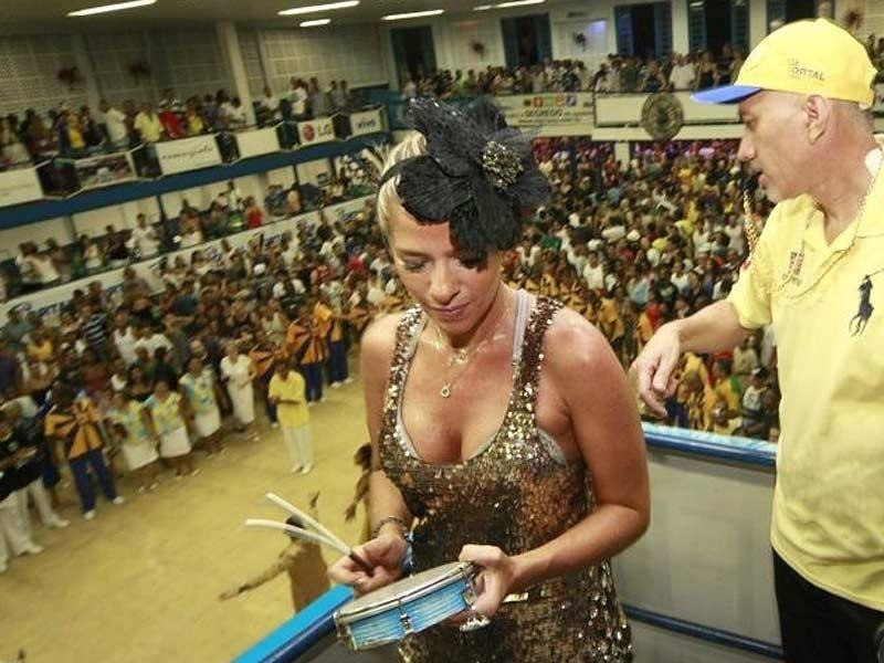Grávida de quase três meses, Adriane Galisteu arrisca batidas no tamborim em ensaio da Unidos da Tijuca, no Rio.