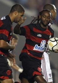 Love comemora com Adriano um dos gols do Fla-Flu da Taça GB