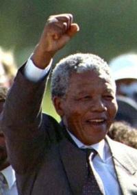 Há 20 anos, Mandela deixava a prisão para enterrar o apartheid na África do Sul