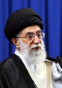 """Aiatolá Ali Khamenei, líder supremo do Irã, fez uma """"séria advertência"""" aos principais políticos do país, incluindo o presidente Mahmoud Ahmadinejad, para que estes ponham um fim à briga interna que está abalando o regime."""