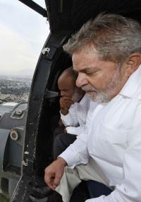 Ao lado de René Preval, presidente Lula observa com atenção a devastação de Porto Príncipe, durante o sobrevoo de helicóptero em visita ao Haiti