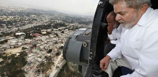 Ao lado do presidente haitiano René Preval, Luiz Inácio Lula da Silva observa devastação da capital, Porto Príncipe, após terremoto; Haiti foi país que mais recebeu ajuda humanitária do Brasil em 2010