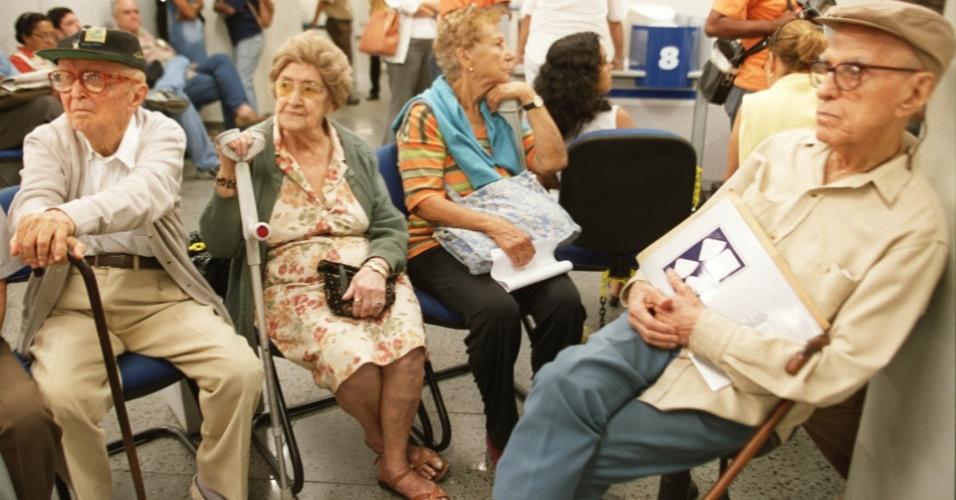 Indoor - Senado aprova isenção do IR aos aposentados acima de 60 anos beneficiados pela Previdência Social; projeto irá à Câmara.