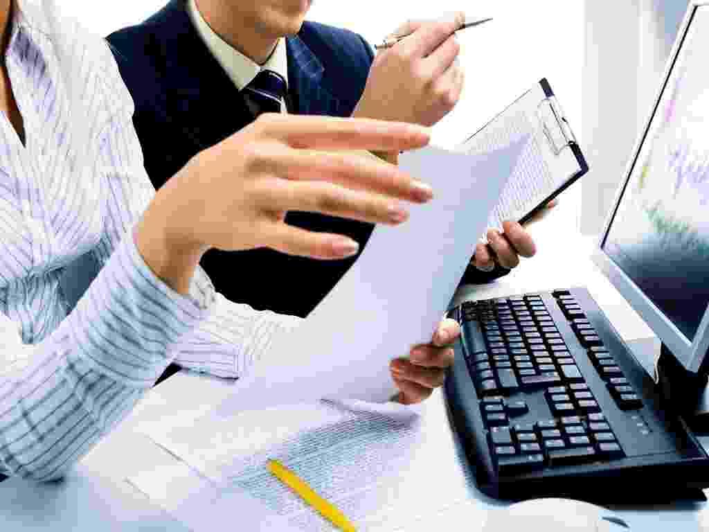 Mídia indoor, negócio, tecnologia, computador, mesa, trabalho, mulher, homem, mão, colega, comunicação, desktop, emprego, teclado, reunião, monitor, escritório, papel, pessoa, planejamento, sucesso, meta, empresa - Shutterstock
