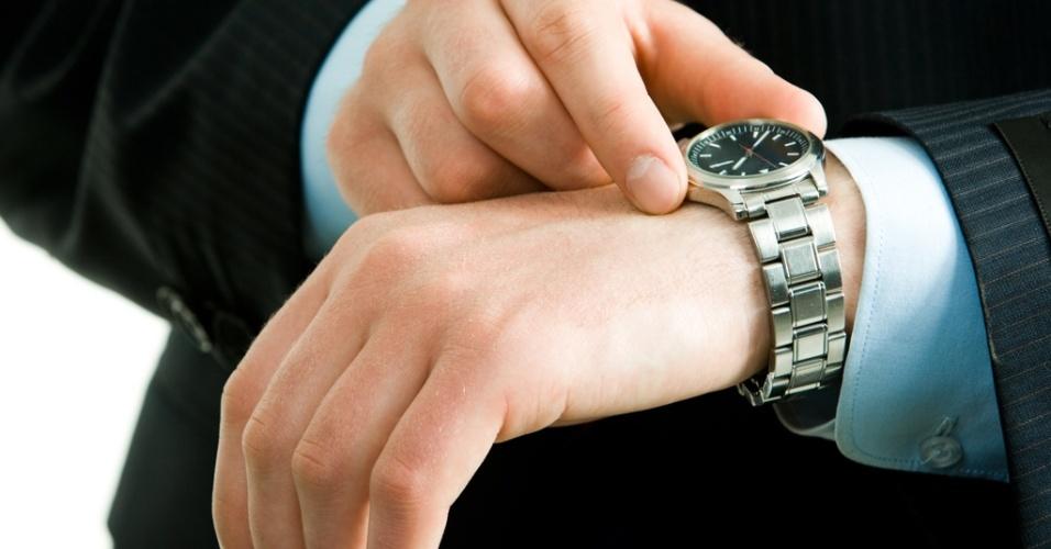 Mídia indoor, relógio, pulso, tempo, horário, braço, homem, ponteiro, hora, segundo, minuto, carreira, trabalho, prazo, executivo, mão, dedo, reunião, pontual, data, negócio, alarme, exatidão,