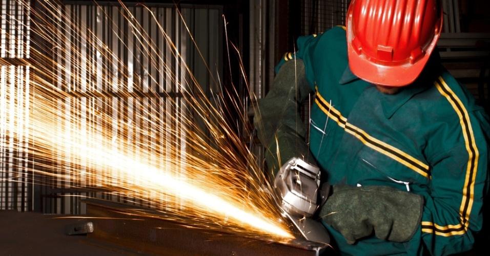 Mídia indoor, emprego, construção, construir, cidade, projeto, capacete, indústria, trabalhador, pedreiro, homem, segurança, faísca, aço, estrutura, técnico, engenheiro, civil, ferramenta, soldador, trabalho