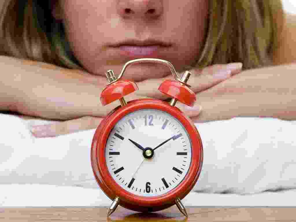 Mídia indoor, saúde, estilo, comportamento, mulher, relógio, hora, minuto, segundo, horário, acordar, dormir, sono, cedo, rosto, ruído, estresse, tempo, férias, trabalho, jornada, aborrecer, aborrecida, tarefa, afazer, casa, alarme - Shutterstock