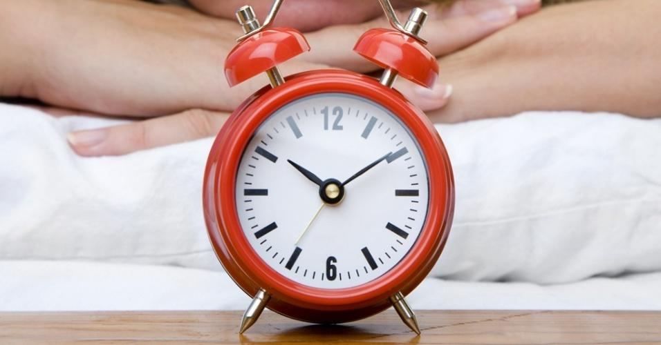 Mídia indoor, saúde, estilo, comportamento, mulher, relógio, hora, minuto, segundo, horário, acordar, dormir, sono, cedo, rosto, ruído, estresse, tempo, férias, trabalho, jornada, aborrecer, aborrecida, tarefa, afazer, casa, alarme