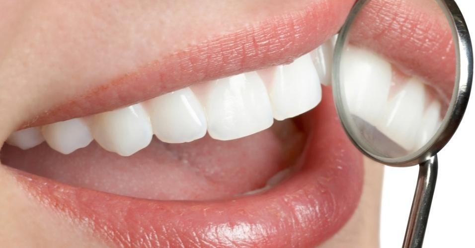 Mídia indoor, dente; dentista; espelho; sorriso; alegria; cuidado; beleza; saúde; boca; bucal; alimentação; mulher; consulta; consultório; bem-estar; preocupação; escova de dente; enxaguar; bochechar; pasta; saudável, dentição