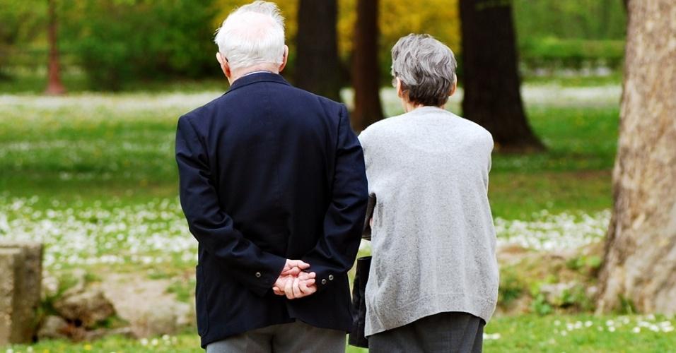 Mídia indoor, casal, união, casamento, vida, envelhecer, aposentar, aposentadoria, separar, idoso, idosa, par, avô, avó, passeio, férias, amor, separar, separação, família, aposentado, comportamento, matrimônio, pensão, caminhar, caminhada, saúde