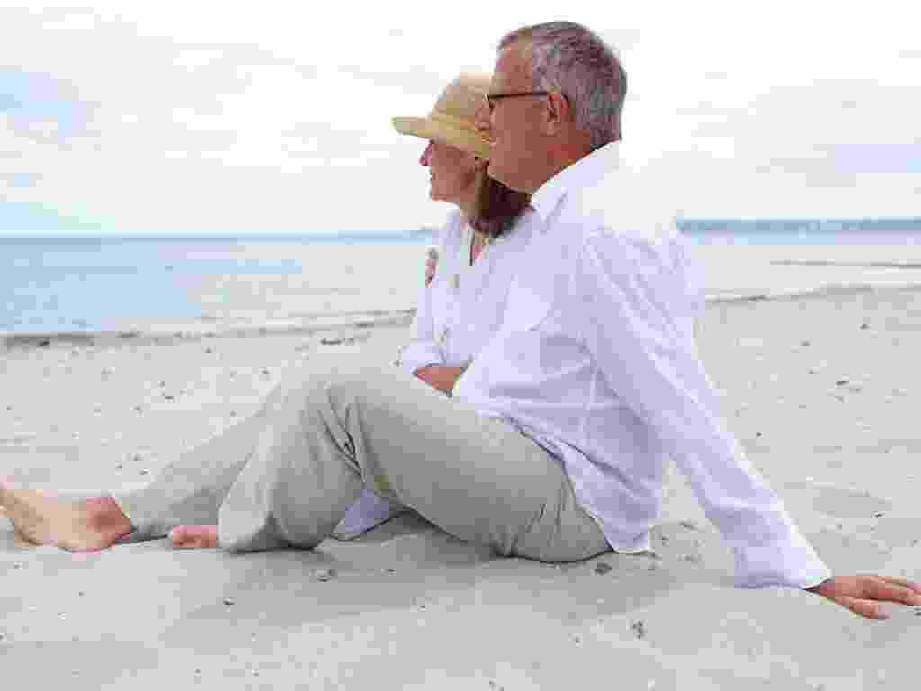 Mídia indoor, casal, união, casamento, vida, envelhecer, aposentar, aposentadoria, separar, idoso, idosa, par, praia, avô, avó, passeio, férias, mar, amor, separar, separação, família, aposentado, relaxar, romance, comportamento, areia, matrimônio - Shutterstock